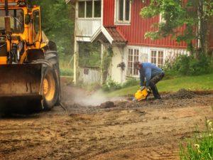 Bernt Johansson på Solsgäntan tar bort en klippa som sticker upp