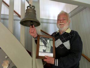 Christer ringer i vällingklockan från Kärnebygd gård