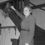 Elsa ringer i vällingklockan från Kärnebygd gård